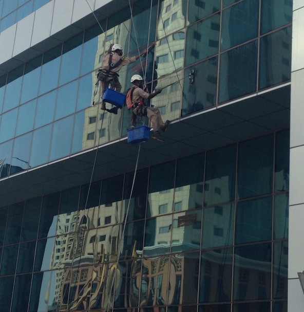حال العمال في قطر: معلقين بالحبال في الهواء