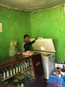 يساعد المتجر المتواضع على الاستمرار في الحياة، ولكنّه عاجز عن تغذية أحلام بناته